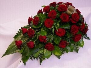 hautavihko surulaite ruusuilla